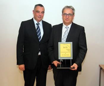 FRAME Geschäftsführer Frank Meinert mit Preisträger Dr. Klaus Faltin